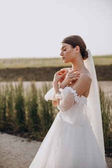 Молодая красивая невеста на своей свадьбе