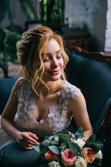닫힌 된 눈으로 의자에 앉아 젊은 아름다운 신부 클로즈업
