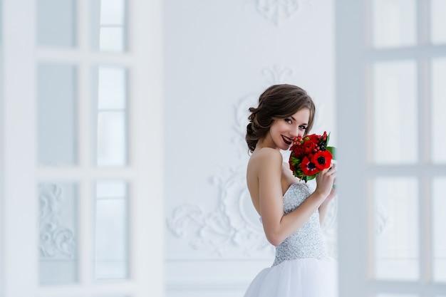 アンティークのインテリアに立っている若い美しい花嫁
