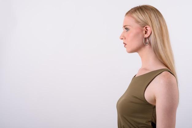 흰색 배경에 금발 머리를 가진 젊은 아름 다운 영국 여자