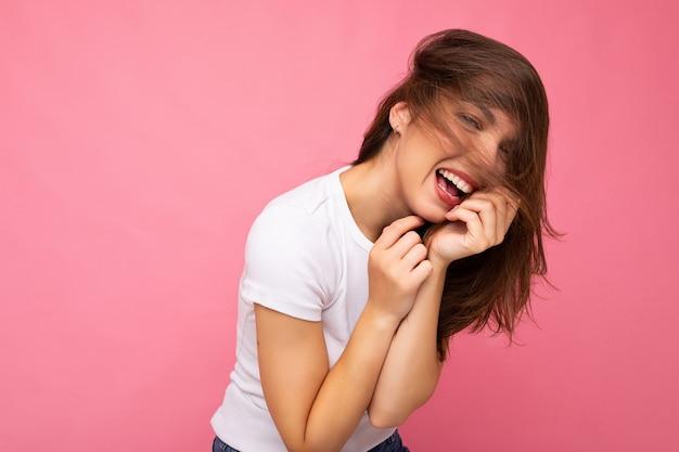ポジティブな女性をモックアップするためのカジュアルな夏の白いtシャツの若い美しい黒髪の女性トレンディな女性
