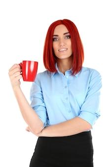 Молодая красивая деловая женщина, держащая чашку на белом