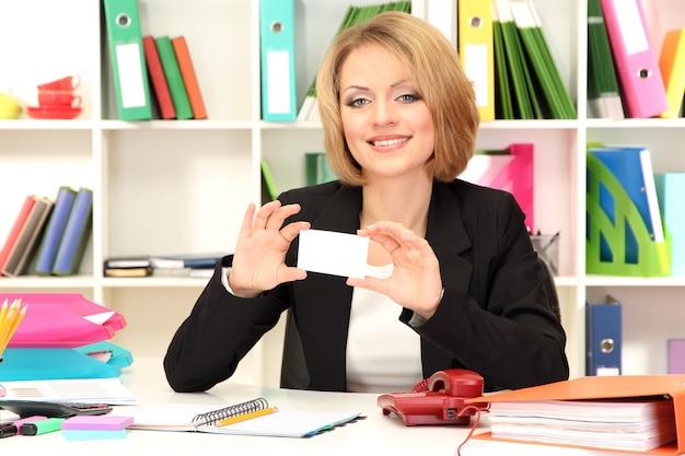 Молодая красивая деловая женщина в офисе на своем рабочем месте