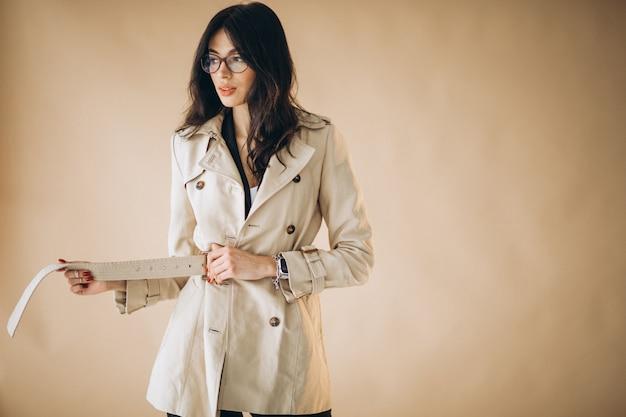 Молодая красивая бизнес-леди изолированная в студии