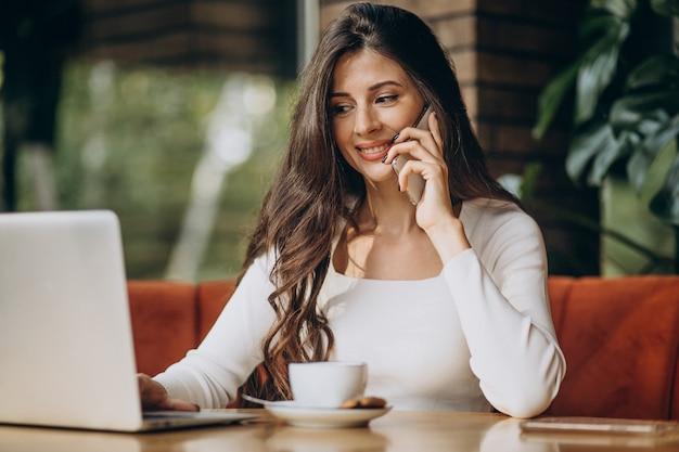 카페에서 컴퓨터에서 작업하는 젊은 아름 다운 비즈니스 우먼