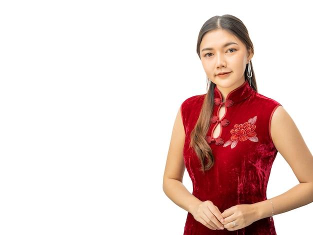 赤い伝統的な中国のドレスを着た若い美しい中国人女性