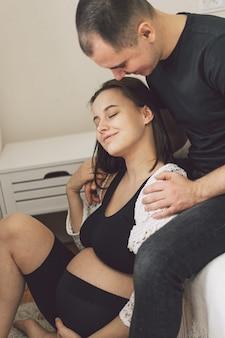 Молодая красивая пара ждет ребенка.