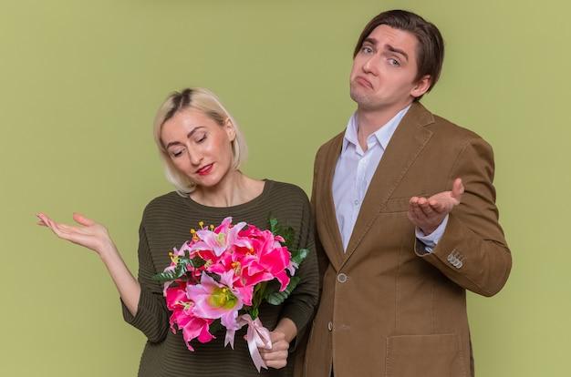 꽃의 부케와 젊은 아름 다운 부부 행복 한 남자와 여자