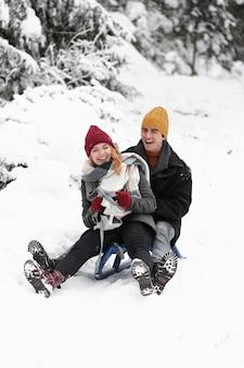 Молодая красивая пара весело и одеяло