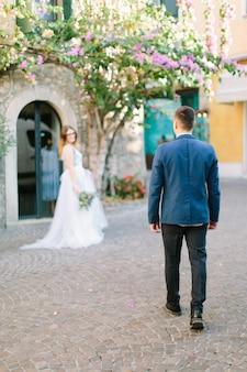 Молодая красивая пара в синей одежде, прогулки по городу сирмионе, италия