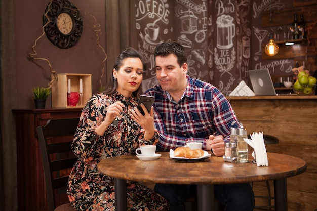 Молодая красивая пара в ресторане, показывая привязанность. хипстерский паб.