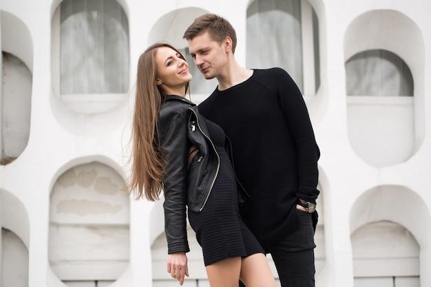Молодая красивая пара в городе