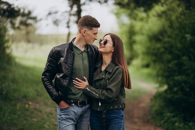 Молодая красивая пара в лесу вместе