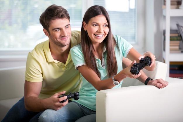 Молодая красивая пара, играя в видеоигры