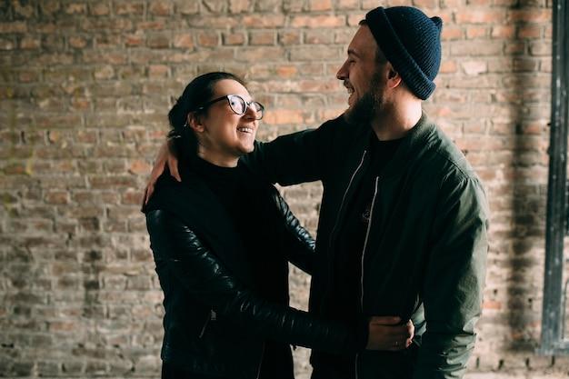 Молодая красивая пара позирует в переулке