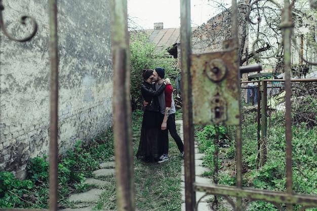 Молодая красивая пара позирует над старым зданием