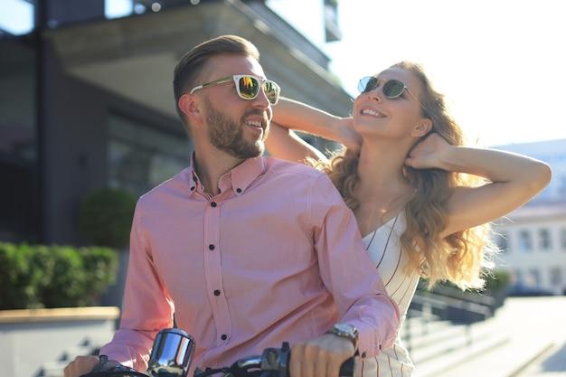 Молодая красивая пара, езда на мотоцикле. концепция приключений и каникул.