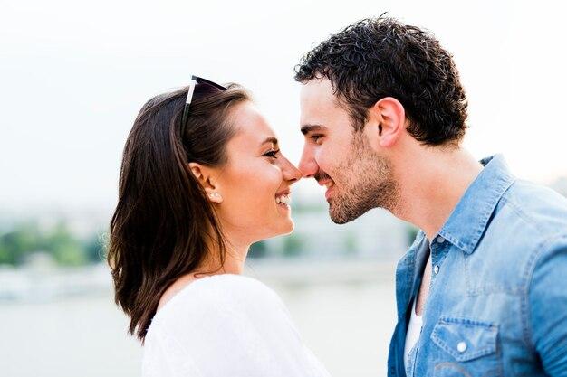 Молодая красивая пара потирает носы в знак любви и собирается поцеловать друг друга