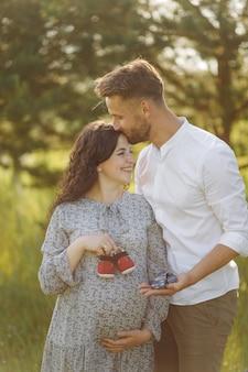 若い美しいカップルは庭で時間を過ごします