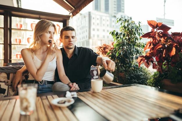 Молодая красивая пара проводит время вместе