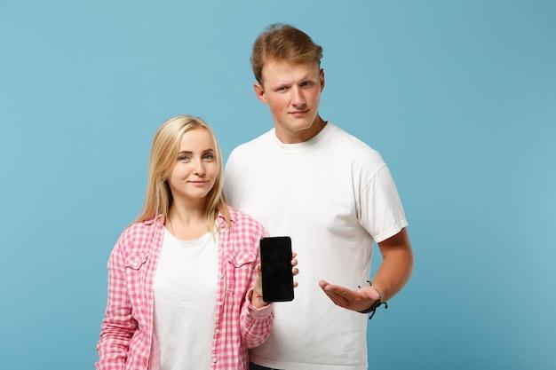 흰색 분홍색 티셔츠 포즈 젊은 아름 다운 부부 두 친구 남자와 여자