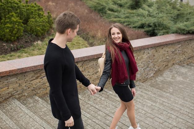 Молодая красивая пара гуляет по городу