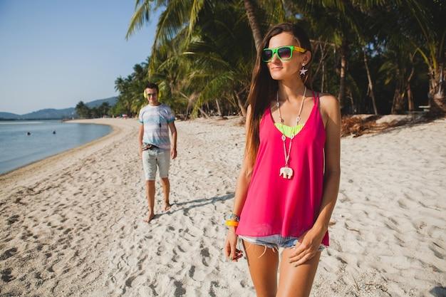 熱帯のビーチ、タイ、休日の部屋、流行に敏感な服装、カジュアルなスタイル、新婚旅行、休暇、夏、日当たりの良い、ロマンチックな気分を歩く若い美しいカップル