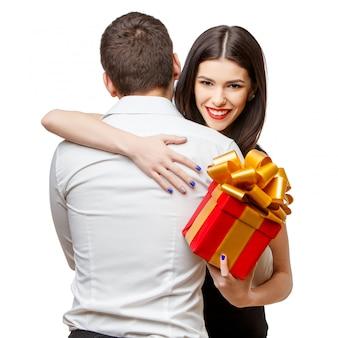 白のプレゼントと美しいカップル