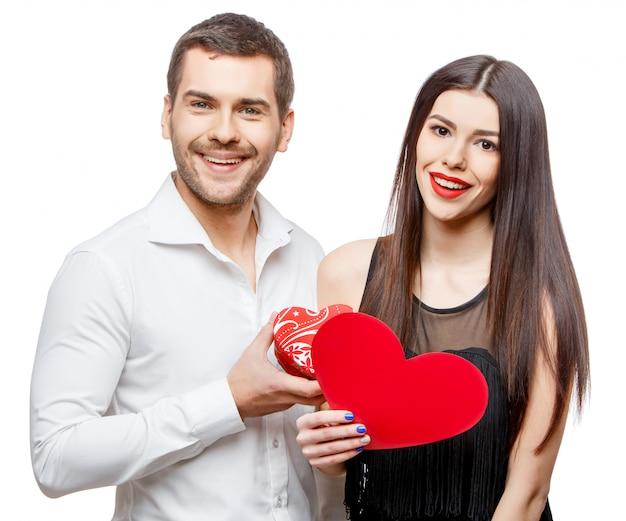 Молодая красивая пара с подарком на белом
