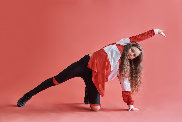 Молодая красивая милая девушка танцует, современный стройный хип-хоп стиль девочка-подросток прыгает