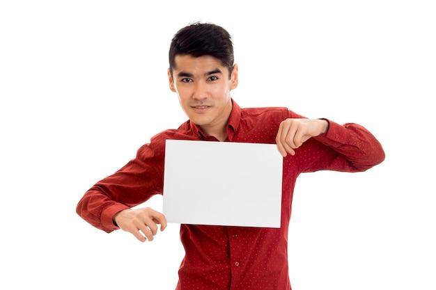 白い背景で隔離の手でプラカードでポーズをとって若い美しいエレガンス男性モデル