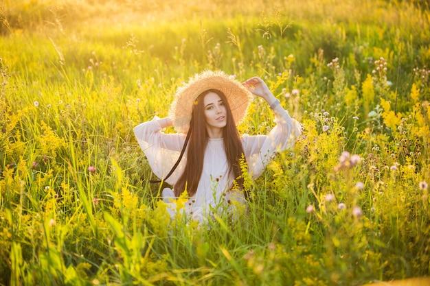 夕日の若い美しいヨーロッパの女の子