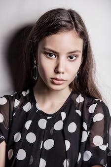 젊은 아름 다운 패션 모델 소녀
