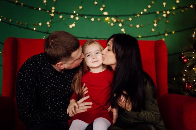 若い美しい父と母と赤ちゃん