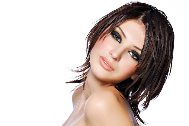 創造性の髪型を持つ若い美しい女性10代