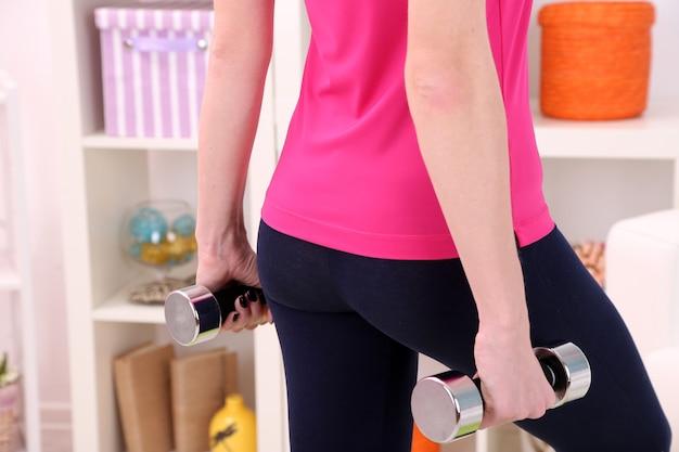 Молодая красивая девушка фитнес упражнения дома, крупным планом