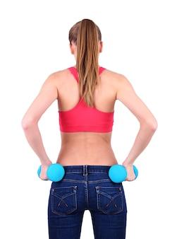 Молодая красивая девушка фитнес упражнения с гантелями, крупным планом, изолированные на белом