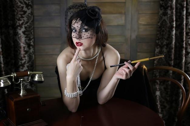 マウスピースと30代前半のシカゴのドレススタイルの若い美しい少女