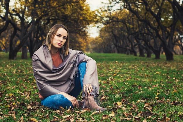 Молодая красивая девушка в осеннем парке