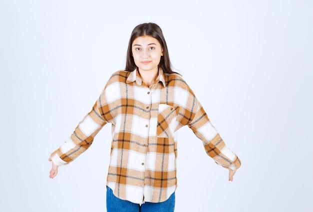 뭔가를 이해 하려고 캐주얼 복장에 젊은 아름 다운 소녀.
