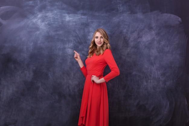 赤いドレスを着た若い美しい少女は彼女の手でジェスチャーを示していますさまざまな人間の感情
