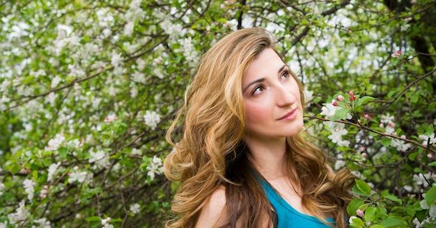 春咲く庭園の若い美しい少女