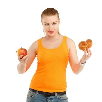 Молодая красивая девушка думает, что есть, чтобы похудеть