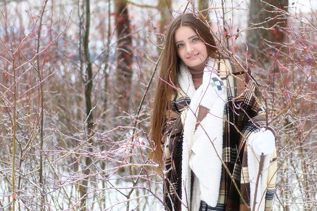 겨울 눈 덮인 날 야외에서 젊은 아름 다운 소녀