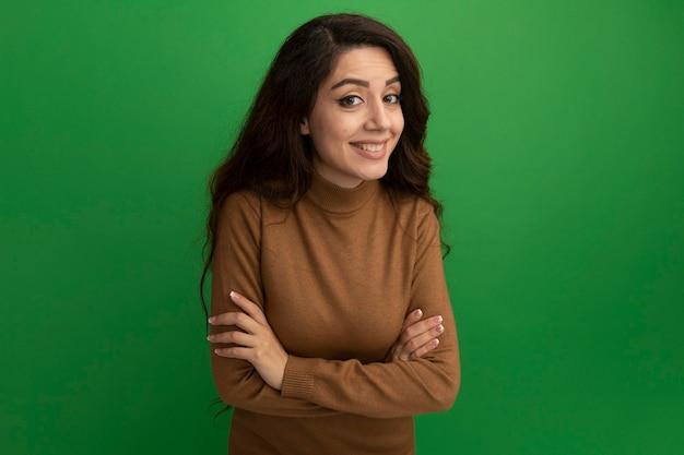 아름 다운 소녀-녹색 벽에 고립
