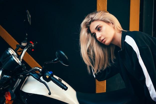 오토바이 근처 젊은 아름 다운 소녀