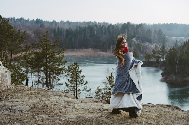 호수에 포즈를 취하는 젊은 아름 다운 소녀