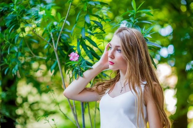 야외 포즈, 유행 흰색 드레스를 입고 젊은 아름 다운 소녀. 여름 스타일.