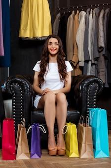 구매와 쇼핑몰에 앉아 젊은 아름 다운 소녀.