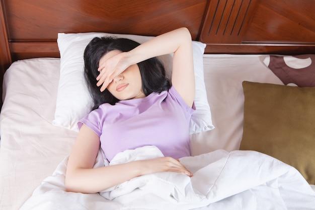 ベッドで寝ている若い美しい少女
